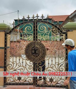 Mẫu cửa cổng sắt mỹ thuật đẹp sang trọng